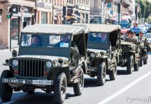 A un feu les Jeep attendent patiemment