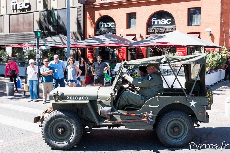 A l'angle du café Les Américains passe une Jeep
