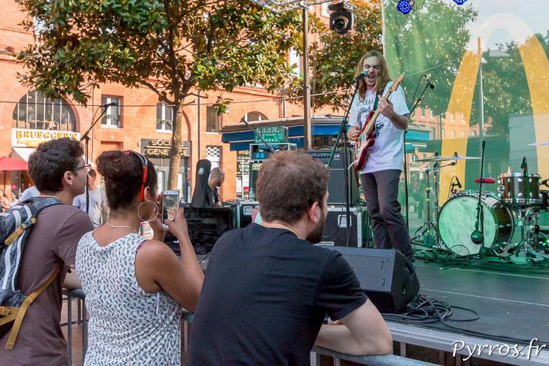 Un chanteur chauffe le public de la place Wilson