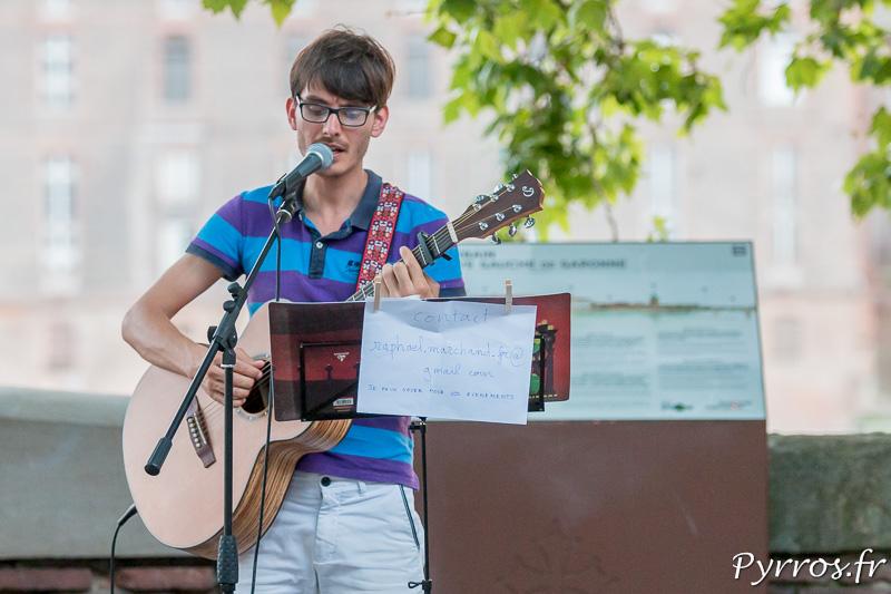 Un guitariste s'est installé dans un coin de la digue de la Garonne