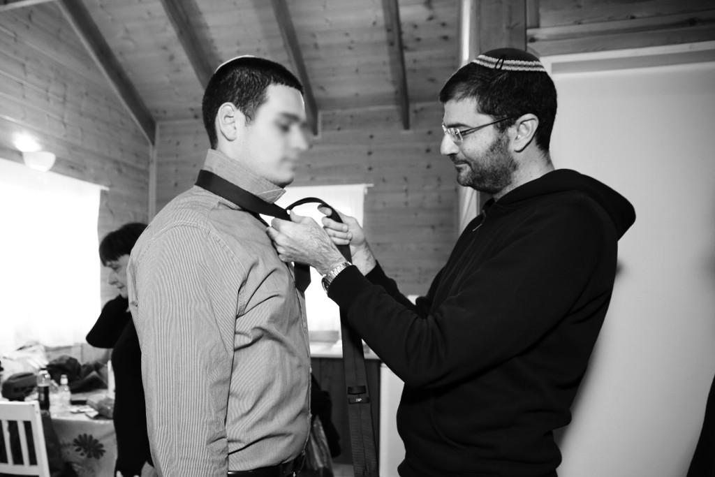 Ary n'est pas seulement photographe, il assiste les invités d'un mariage