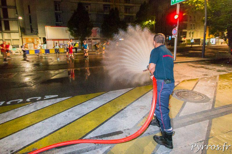 Le pompier de la caserne Vion arrosent les patineurs qui ne peuvent rivaliser avec leurs pistolets à eau