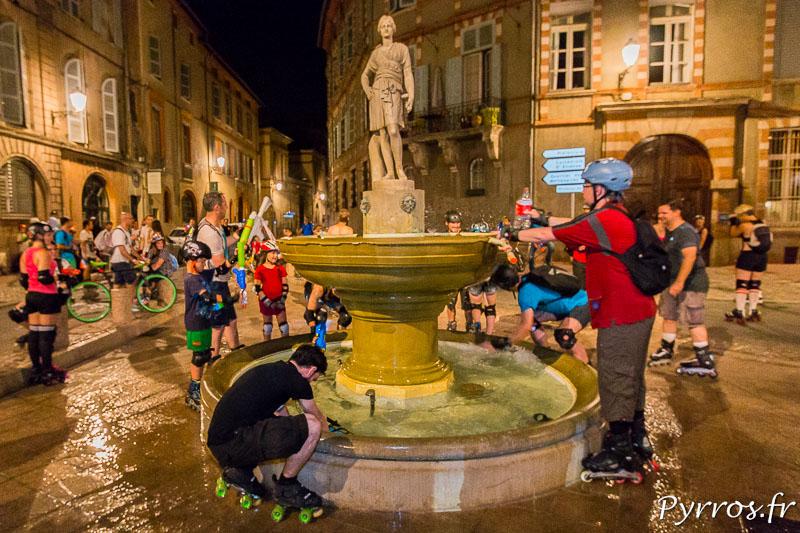 A la fontaine Sainte Scarbes les patineurs reprennent des munitions pour la dernière fois avant d'arriver place du Capitole