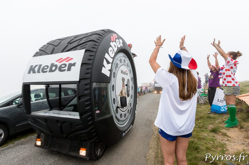 Une spectatrice demande des goodies à un camion Kleber