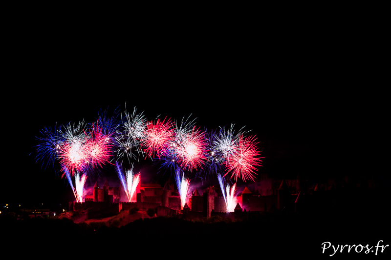 Carcassonne tire un Feu d'Artifice au dessus de la Cité. le Feu commence par des gerbes tricolores