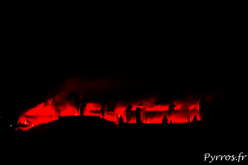 La Cité de Carcassonne s'embrase durant le feu d'artifice qui attire des spectateurs du Monde entier