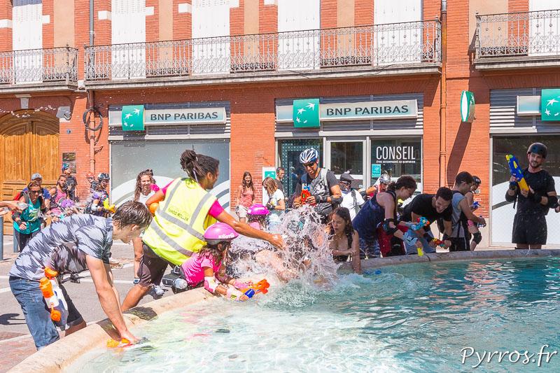 A la fontaine Ariège Garonne les patineurs s'arrosent lors du ravitaillementA la fontaine Ariège Garonne les patineurs s'arrosent lors du ravitaillement