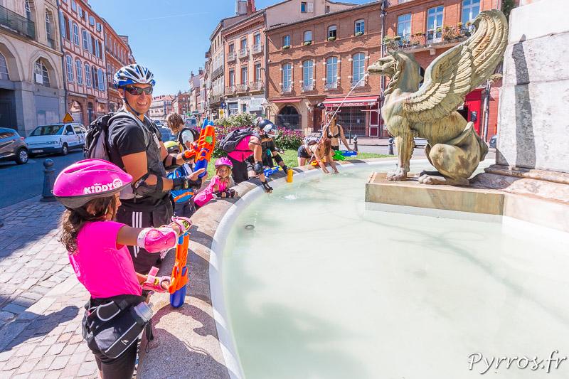 A la Fontaine de la Place Dupuy tout le monde prend de l'eau mais reste vigilant