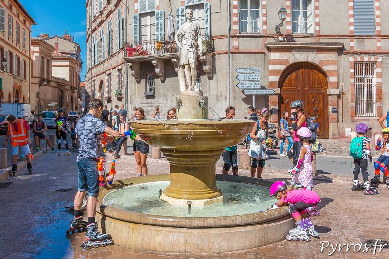 La randonnée marque un arrêt à la Fontaine de la Place Sainte Scarbes