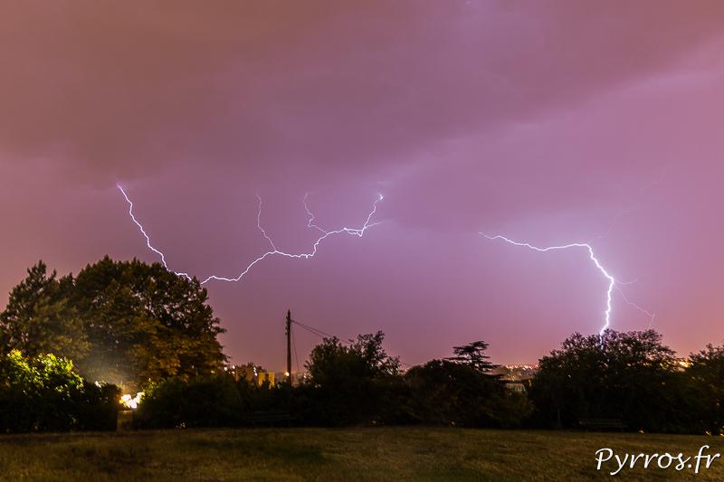 La foudre sort de la pluie pour frapper Toulouse avec force lors de l'orage du 8 aout 2017