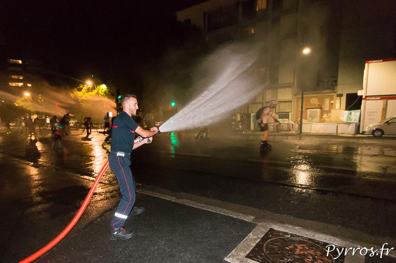 Le pompier fait attention à la puissance de son jet pour ne pas faire tomber les patineurs