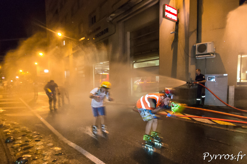 A la Caserne Lougnon certains patineurs passent en vitesse pour essayer d'éviter les gouttes