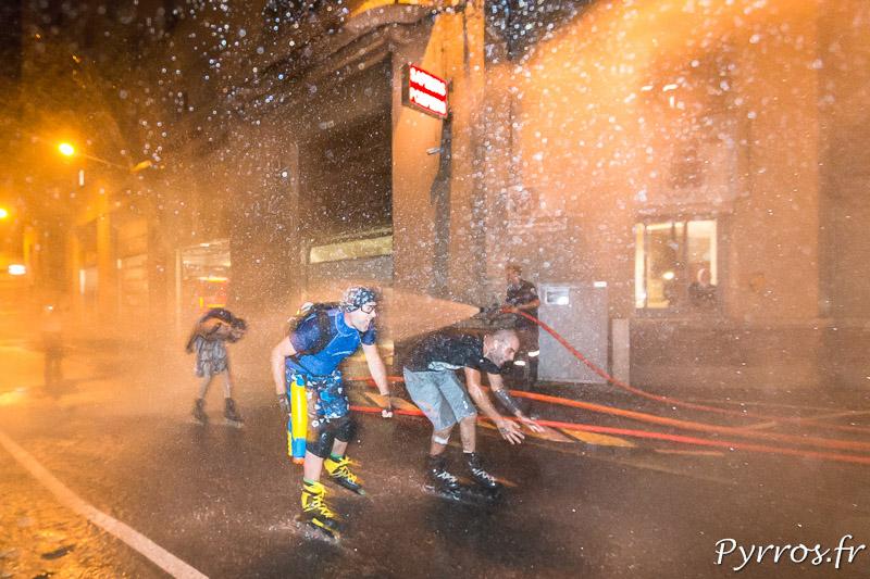 Les pompiers arrosent tous les patineurs, les plus rapides comme les plus lents