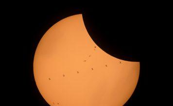 La Station ISS passe devant le soleil au moment de l'occultation du soleil par la Lune lors de l'éclipse du 21 aout 2017