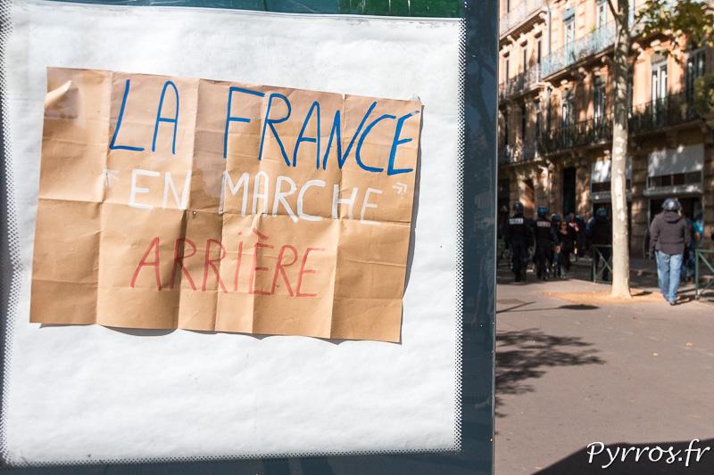 """Un panneau publicitaire a été remplacé par une pancarte : """"La France en Marche Arrière"""""""