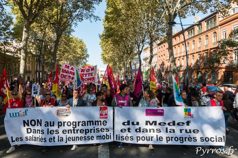 En tête de la manifestation les syndicats marchent derrière une banderolle