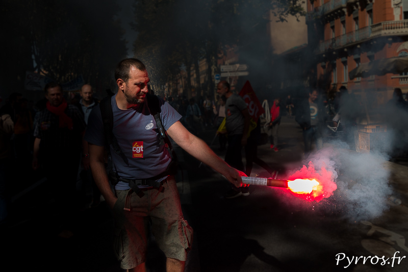 Un manifestant tient un feu de bengal