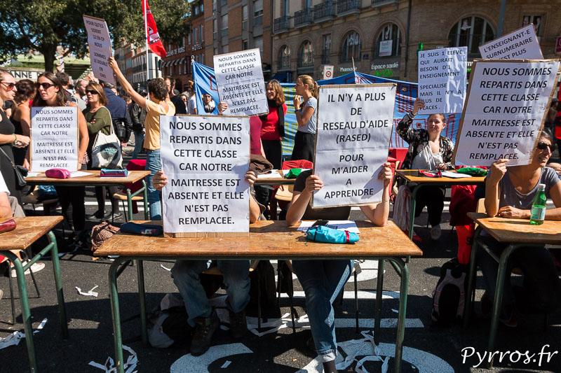 Des enseignants manifestent, ils ont reconstitué une salle de classe au mileiu de la manifestation