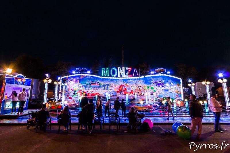 Le Monza attire les enfants qui font la course sur un circuit automobile