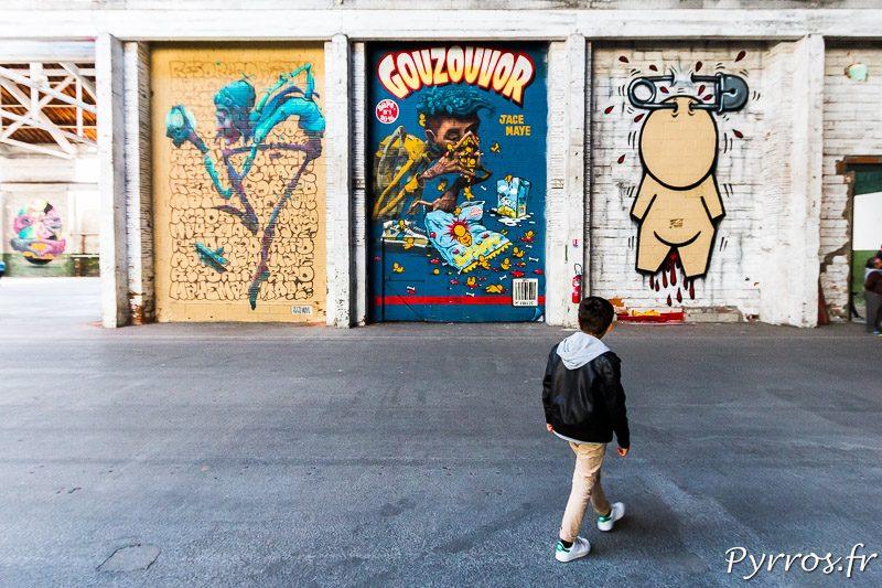 Un jeune homme découvre les fresques murales du Mr Freeze 2017