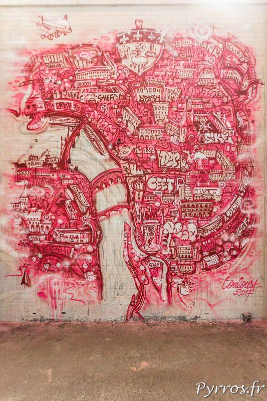 Un plan de Toulouse est peint en rose et fait directement référence à la Ville Rose