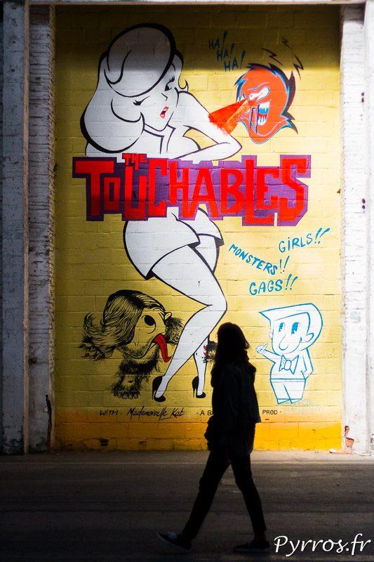 Une visiteuse observe l'une des peintures murales du Mr Freeze 2017