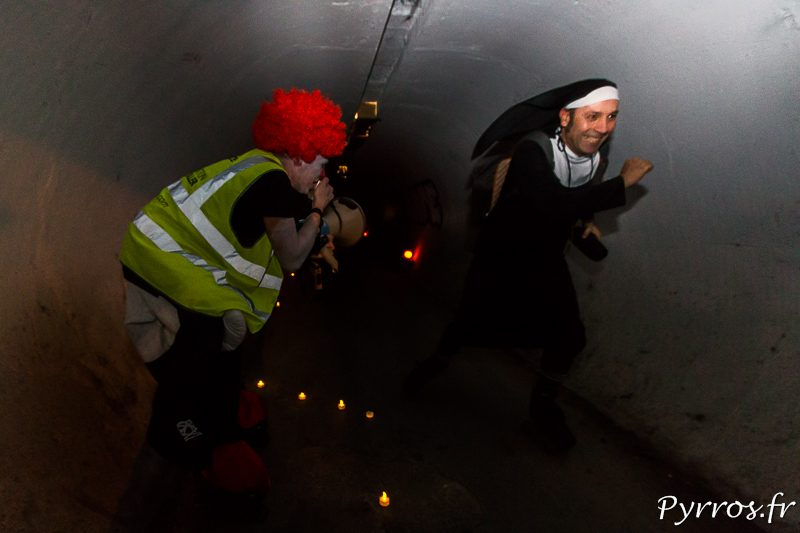 Dans un tunnel sombre, une bonne soeur se fait surprendre par les cri d'un clown