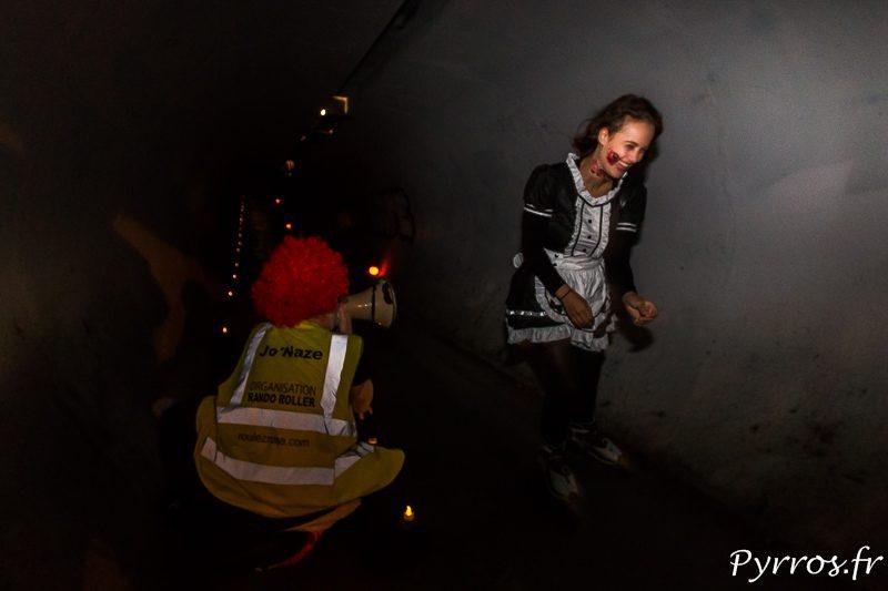 Une soubrette ensanglantée semble bien rire en rencontrant le clown caché dans un tunnel lors de la randoween
