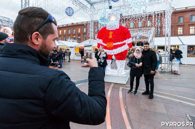Les toulousains ne résistent pas à l'appel de la photo au milieu du Marché de Noël de Toulouse