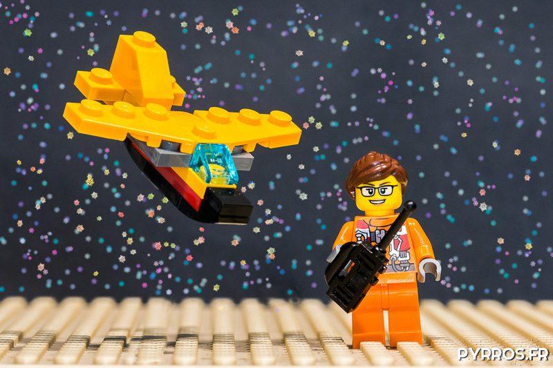 Une personne s'amuse avec son avion miniature