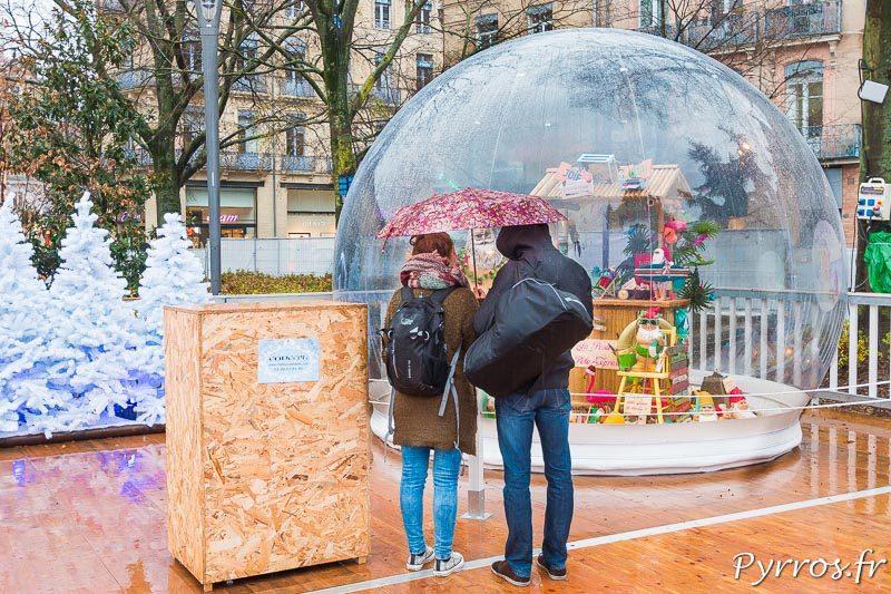 Un couple observe la représentation des vacances d'été du Père Noël