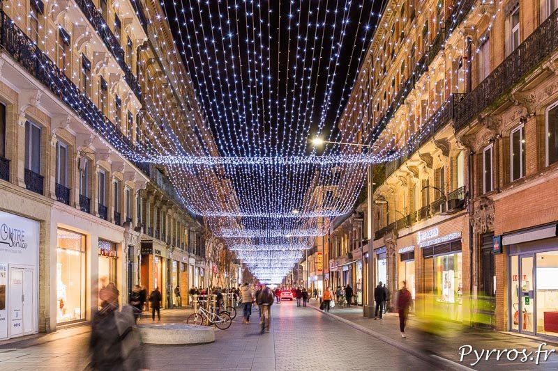Le filet lumineux guide les toulousains qui passent dans la rue Alsace Loraine
