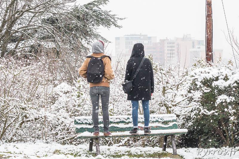Deux personnes observent Toulouse se couvrir d'un fin manteau de neige