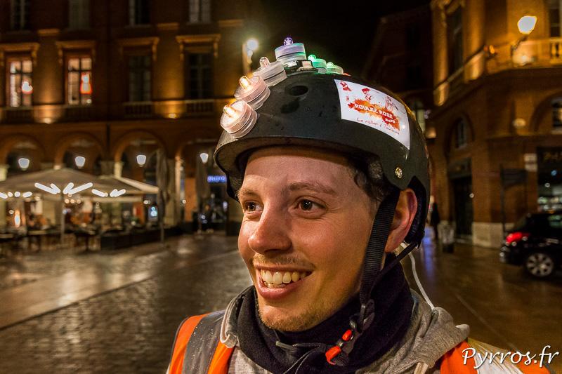 Un staffeur de Roulez Rose arbore une crête lumineuse sur son casque