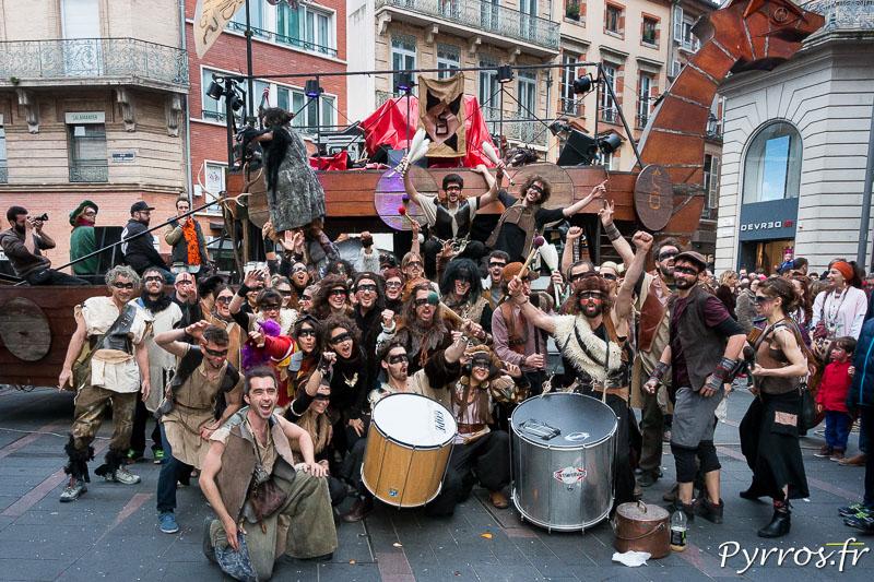 Un groupe pose devant son char avant le début officiel du Carnaval 2018 de Toulouse