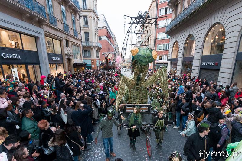 Madame Carnaval est une Mante Religieuse. Elle fend la foule du Carnaval 2018 de Toulouse