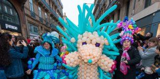 Un groupe à pied est habillé de ballons, Carnaval 2018 de Toulouse