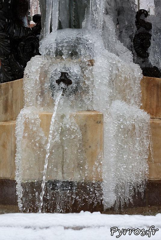 Neige à Toulouse, fontaine de glace.