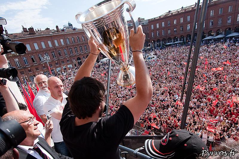 Présentation de la coupe aux supporters Toulousains, la place du Capitole est Rouge et Noire