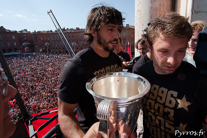 Vincent Clerc et Clement Poitrenaud vont offrir la Coupe aux Toulousains sur le parvis du Capitole