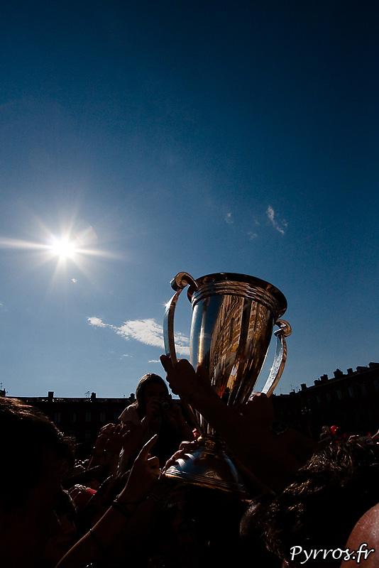 Sous le soleil, la coupe est presentée aux supporters toulousains