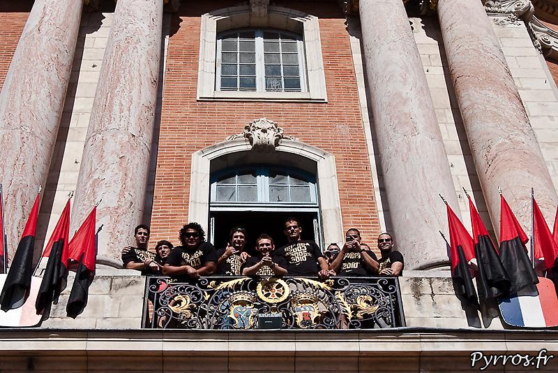 Du balcon le reste de l'équipe veille sur la Coupe