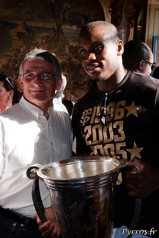 Le maire de Toulouse pose avec les joueurs (Yves Donguy)