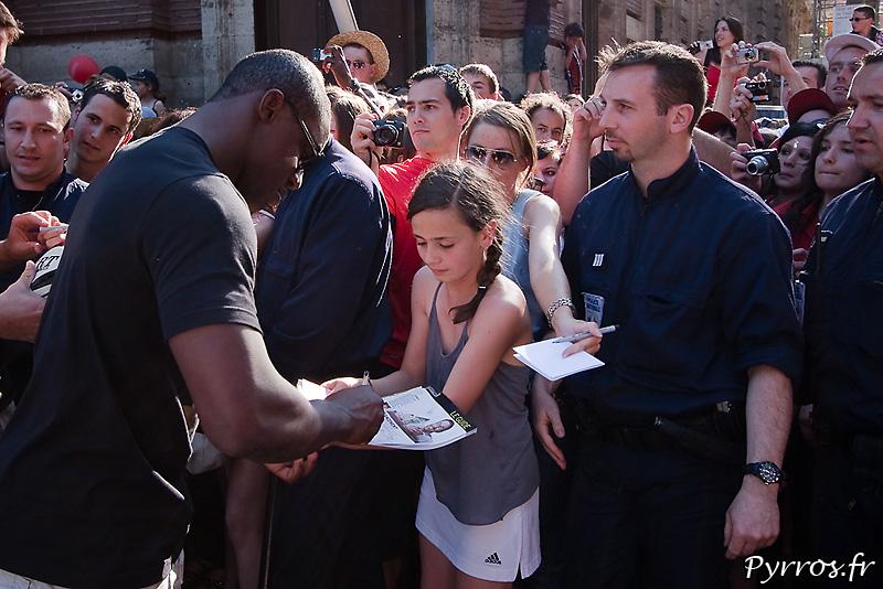 Yannick NYANGA signe lui aussi des autographes à ses supporters
