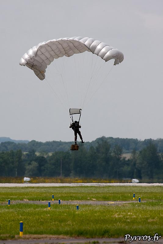 Parachutistes 3eme RMAT (airexpo 2010), atterrissage