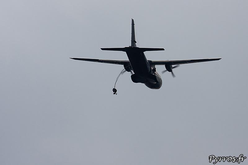 Parachutistes 3eme RMAT (airexpo 2010), largage premier sauteur, de chaque coté de l'appareil on distingue les sauteurs suivants, Casa CN 235 (n°123)