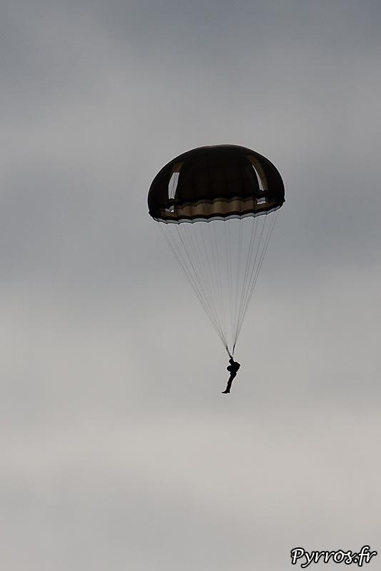 Parachutistes 3eme RMAT (airexpo 2010), de parachutes hémisphériques