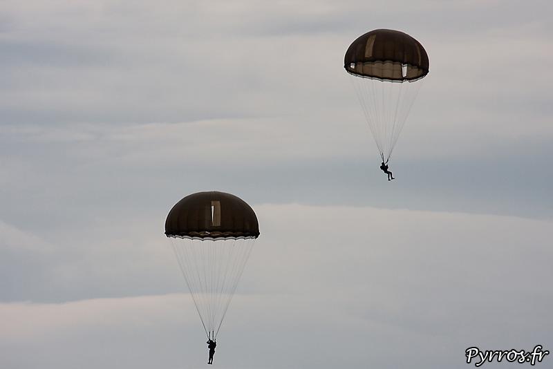 Parachutistes 3eme RMAT (airexpo 2010),de parachutes hémisphériques