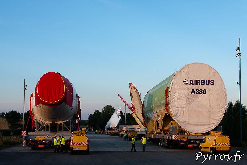 Sur l'aire de stationnement de l'Isle Jourdain (32) le convoi prépare son départ vers Cornebarrieu (31), à gauche fuselage arriere, à droite fuselage central, l'empennage horizontal et aile gauche