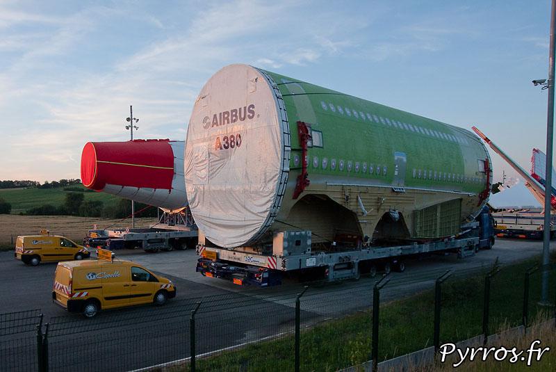 Sur l'aire de stationnement de l'Isle Jourdain (32) le convoi prépare son départ vers Cornebarrieu (31), fuselage central, on découvre les emplacement pour l'aile et pour le train d'atterrissage
